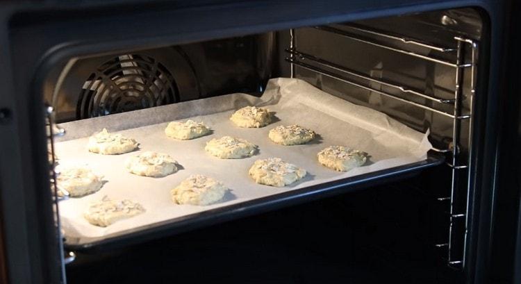 На 15 минут отправляем противень с заготовками в разогретую духовку.