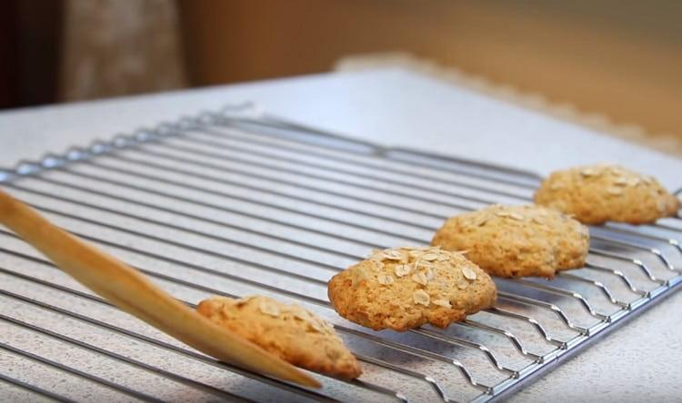 Достав печенье из духовки, нужно оставить его остывать на решетке.