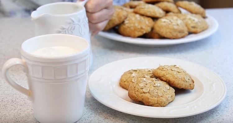 Овсяное печенье с медом будет еще вкуснее, если запивать его молоком.