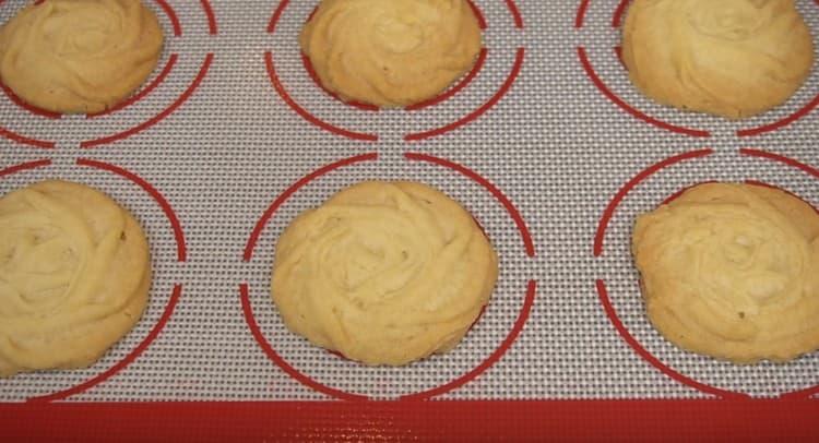 Печенье должно слегка подрумяниться.
