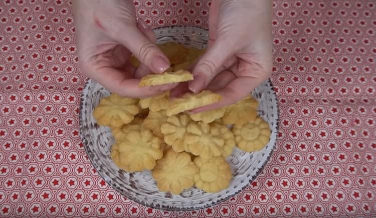 Как видите, приготовить песочное печенье без яиц несложно.
