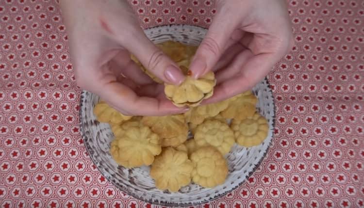 Готовое печенье при желании можно также скрепить джемом, шоколадной пастой и проч.