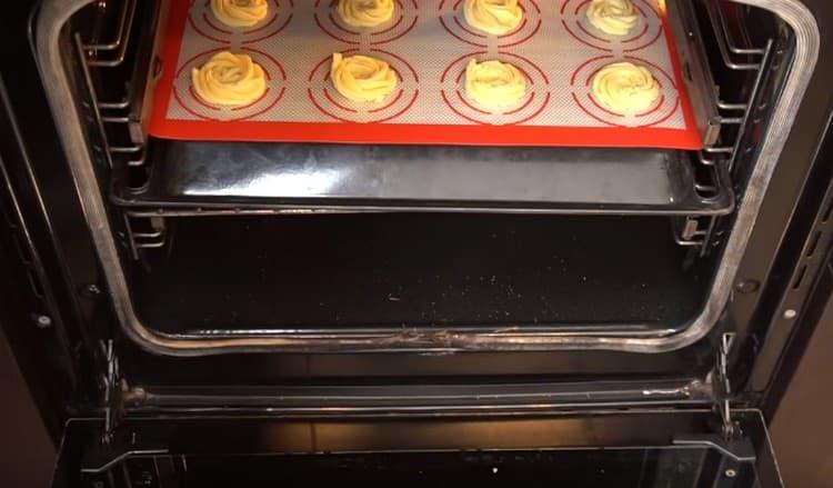 Отправляем печенье в духовку минут на 15-20.