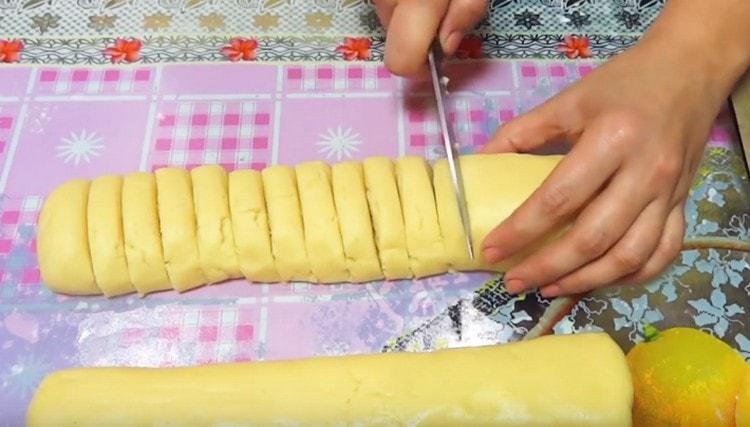 Нарезаем получившуюся колбаску на кусочки.