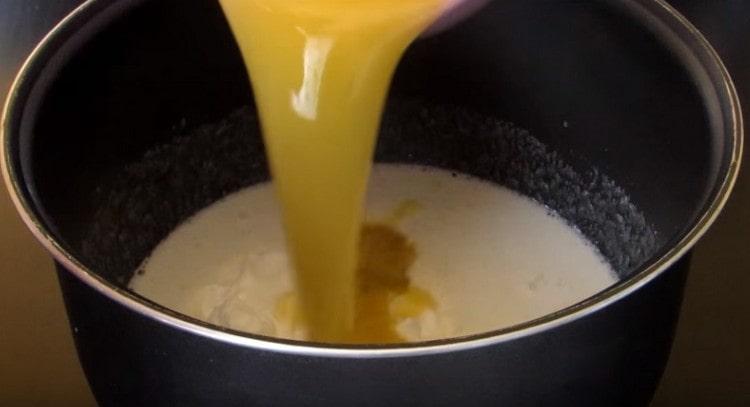 Вводим в тесто растопленное сливочное масло или маргарин, а также сметану.