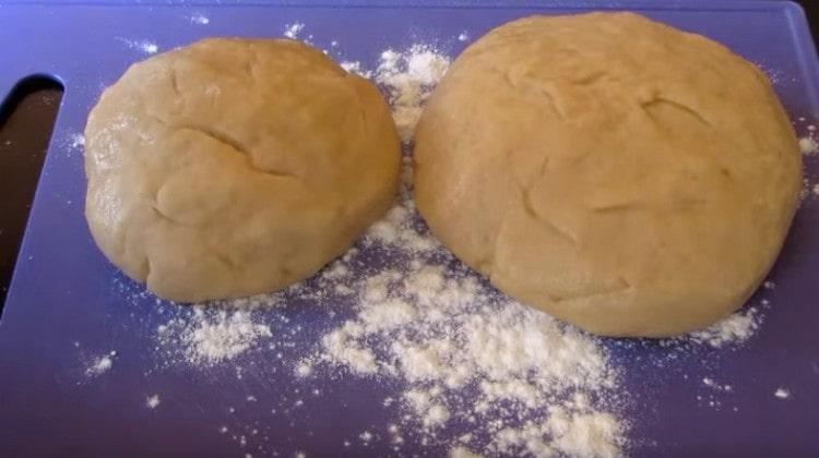 Замешиваем тесто. делим его на две части и отправляем в холодильник.