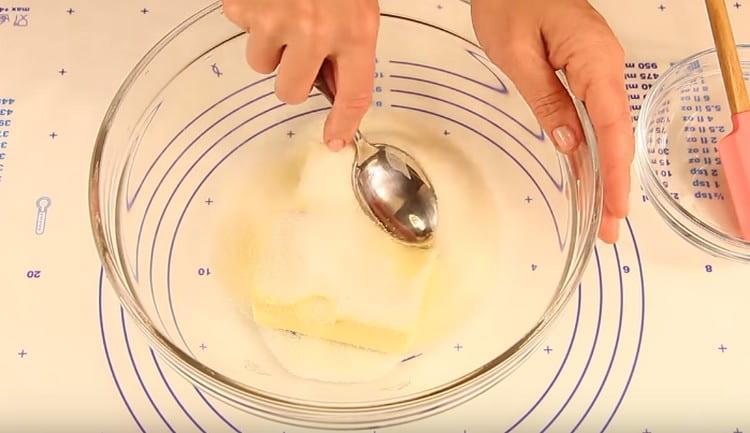 Добавляем к маслу сахар и перетираем массу ложкой.