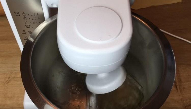 Миксером взбиваем белки со щепоткой соли.