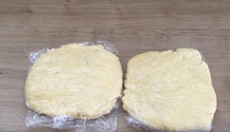 Тесто делим пополам и каждую часть заворачиваем в пищевую пленку, кладем в холодильник.