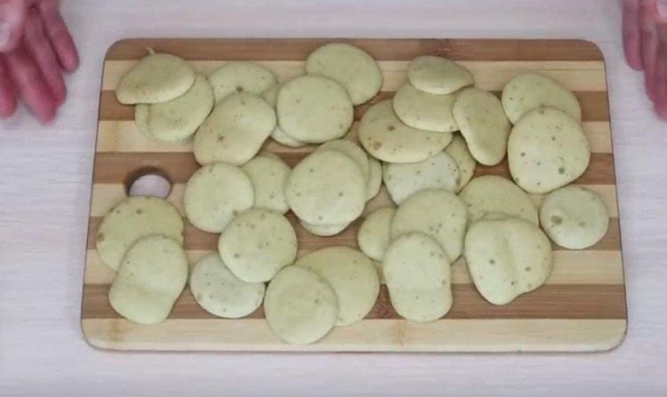 Легкое печенье выпекается очень быстро.