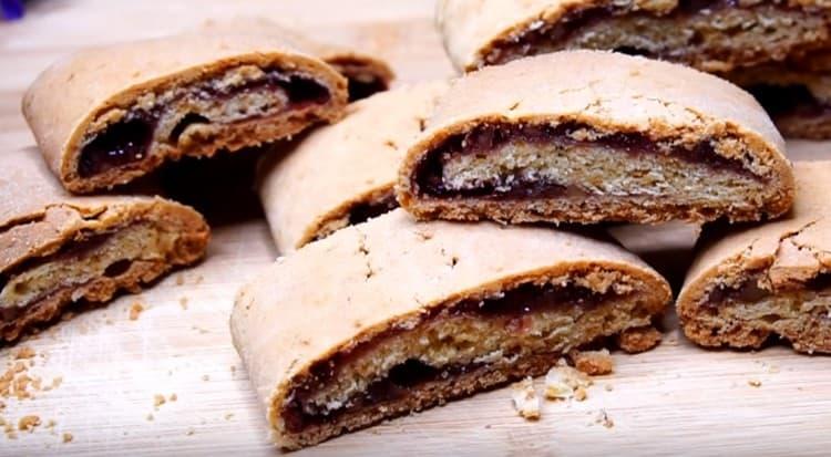 Готовые рулетики режем на кусочки, и у нас получается необычное и вкусное печенье с вареньем.