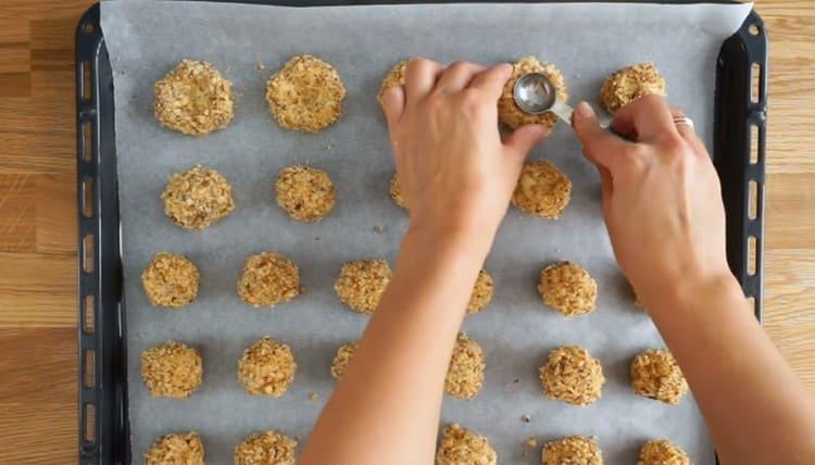 Ложкой делаем в каждом печенье углубление.