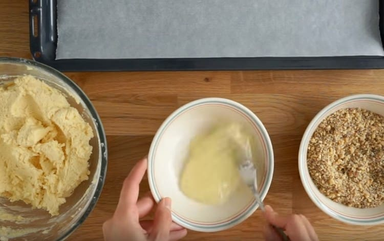 Слегка взбиваем яичные белки.