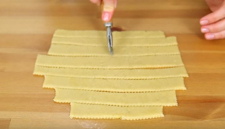 При надобности разрезаем заготовки пополам, чтобы они не были слишком длинными.