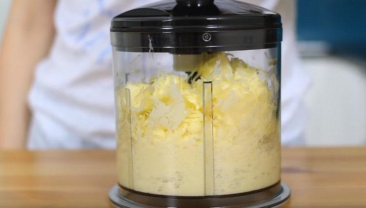 Блендером перебиваем масло с сыром.