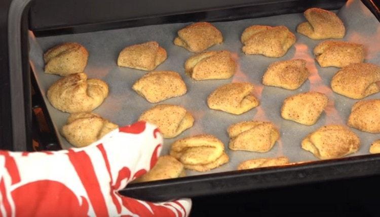Печенье творожные ушки выпекаем до золотистого цвета.