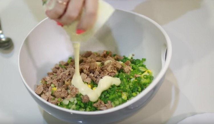 Добавляем по вкусу соль, а также майонез в салат.