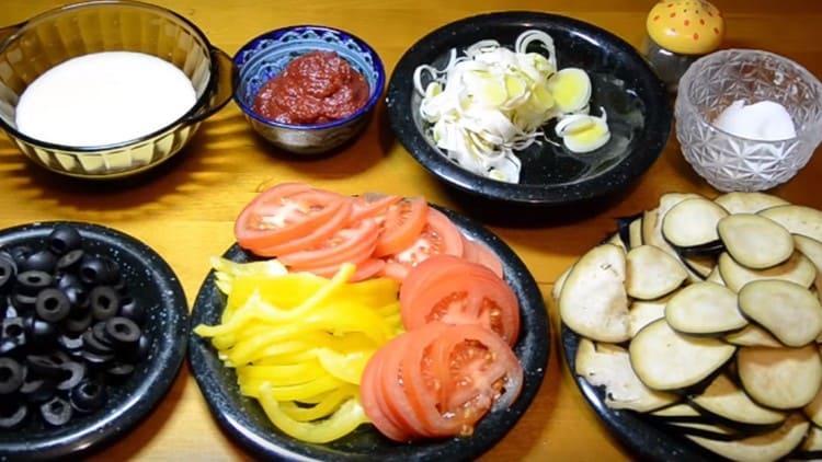 нарезаем овощи для начинки.