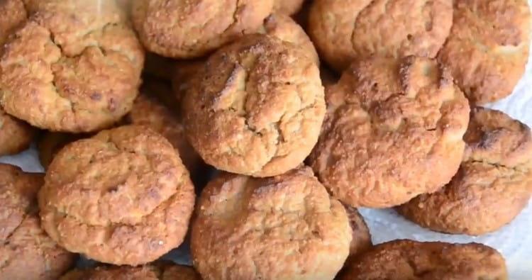 Перекладываем готовое печенье на тарелку.