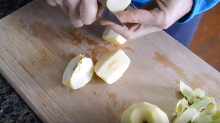 Яблоко чистим и режем на кусочки.