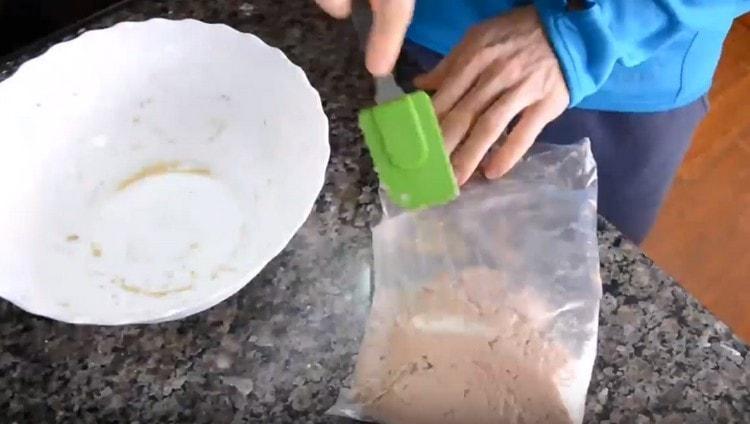 Перекладываем тесто в пакет или кондитерский мешок.