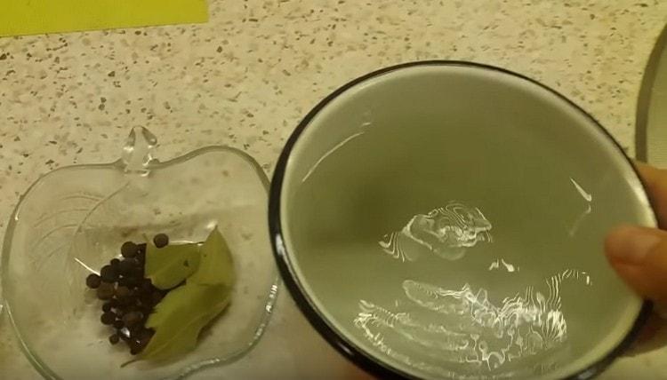Для приготовления маринада наливаем с кастрюльку воду.