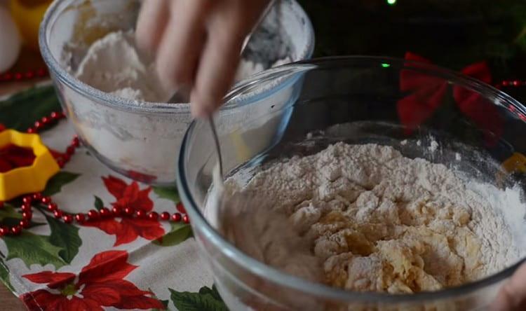 Частями добавляя муку, замешиваем тесто.