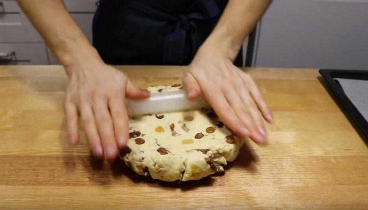 Скалкой раскатываем тесто в достаточно толстый пласт.