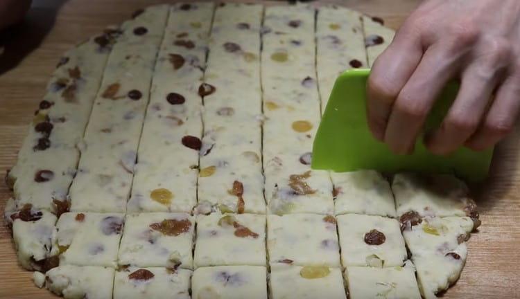 Делим пласт теста на порционные квадратики.