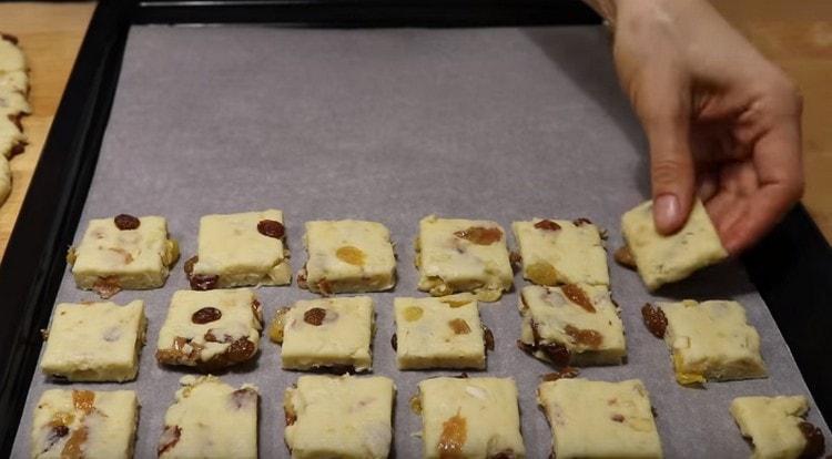 Выкладываем печенье на противень, который нужно застелить пергаментом.