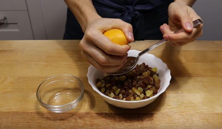 Пропаренный в кипятке и промытый изюм смешиваем с апельсиновым соком.