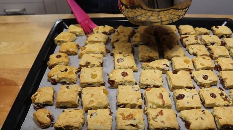 Немного остывшее печенье смазываем растопленным сливочным маслом.
