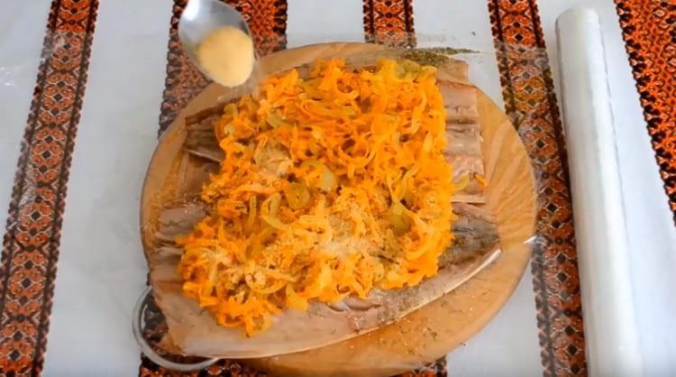 Посыпаем овощной слой ложкой желатина.