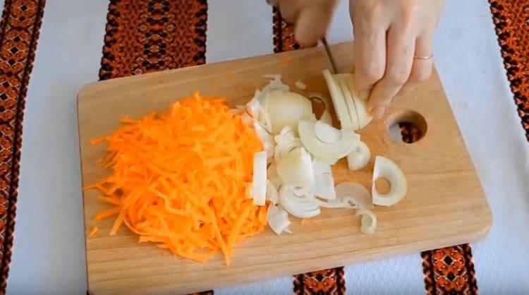 Натираем на терке морковку и режем полукольцами лук.