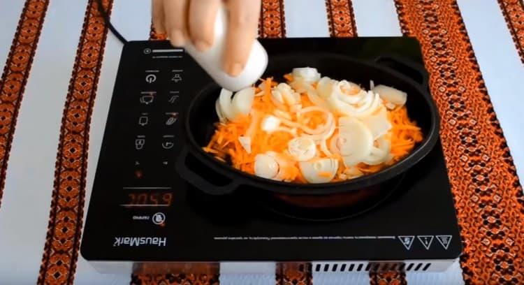 Пассеруем овощи на сковороде, солим. перчим.