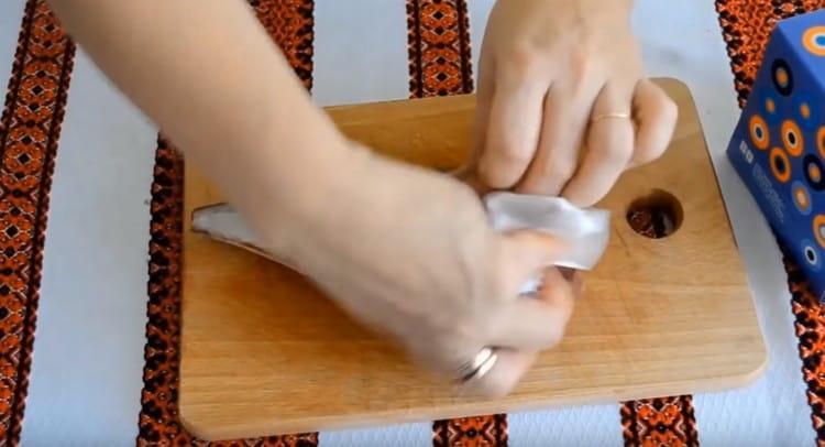 Промываем очищенную тушку, промокаем бумажными салфетками.