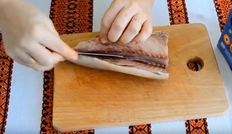 Аккуратно срезаем филе с хребта.