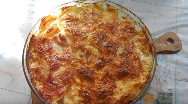 После выпекания в духовке блюдо приобретает аппетитную румяную корочку.