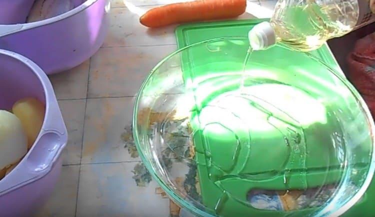 В форму для запекания наливаем немного растительного масла.