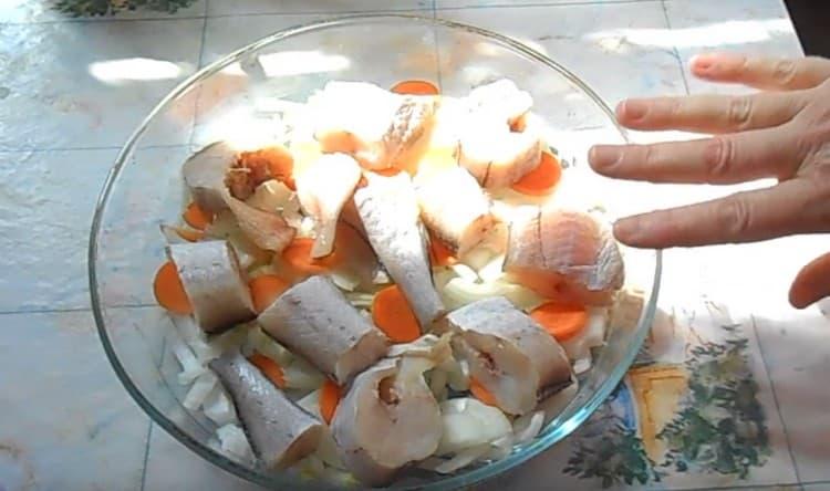 На овощи выкладываем кусочки рыбы.