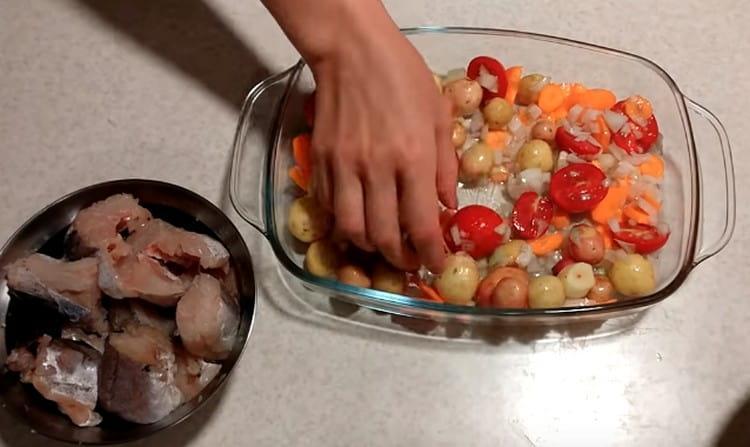На дно формы для запекания выкладываем овощи.