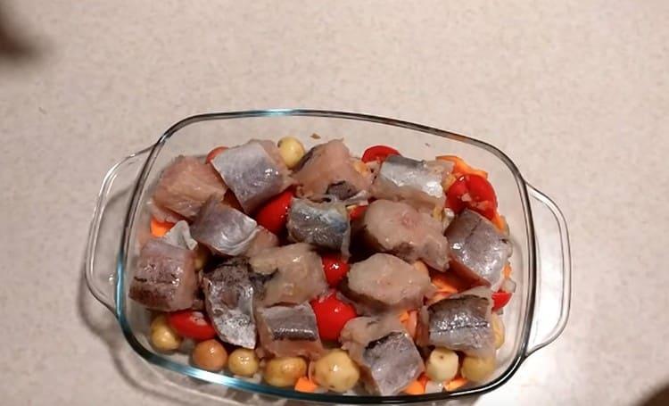 Поверх овощей раскладываем кусочки рыбы.