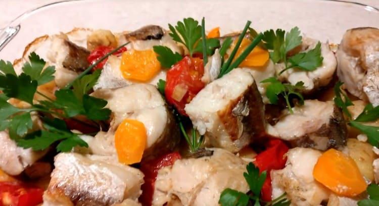 Рыба с овощами в духовке получается очень нежной и вкусной.