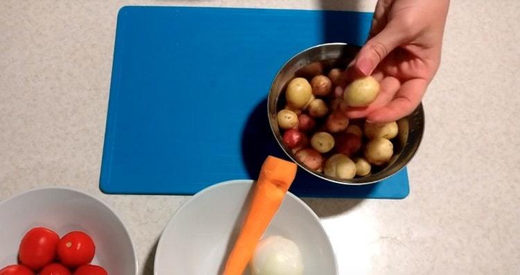 Моем молодой картофель, можно его не чистить.