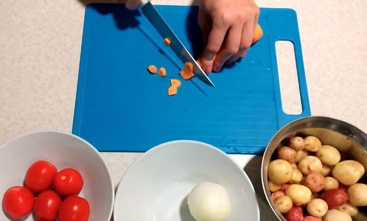Нарезаем кружочками морковь.
