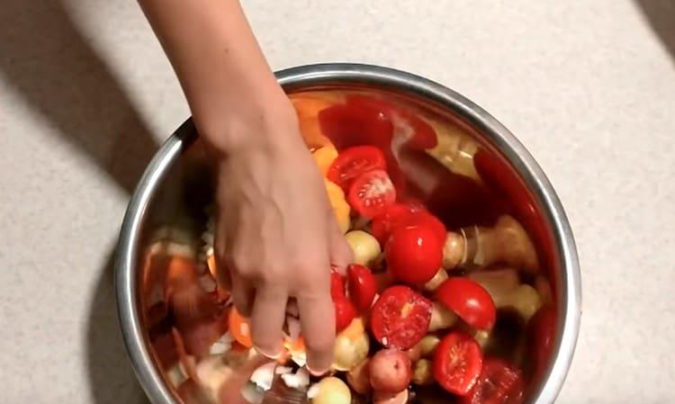 Соединяем все овощи в одной миске, перемешиваем их с солью и перцем.