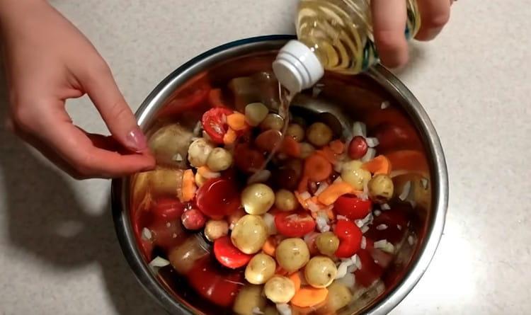 Заправляем овощи растительным маслом.