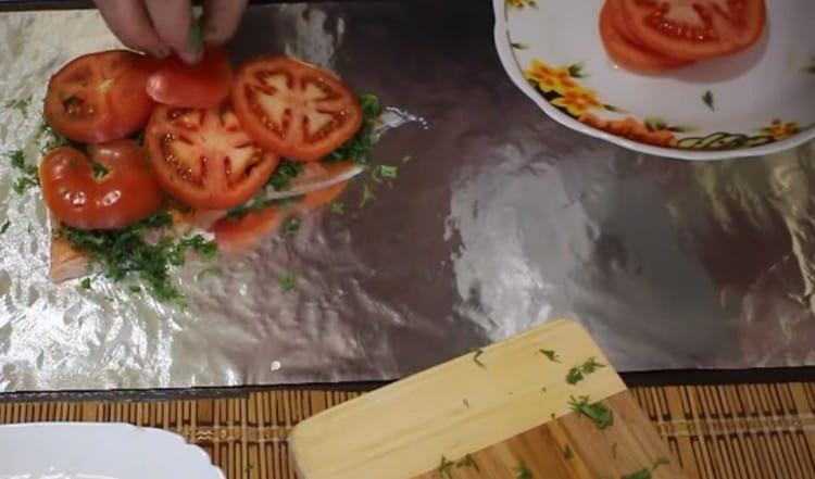Поверх укропа делаем слой помидоров.