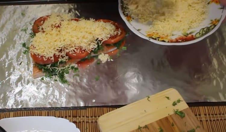 Теперь посыпаем заготовку тертым сыром.