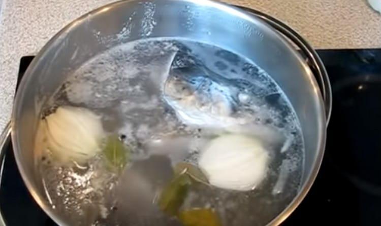 Добавляем в бульон перец горошком, лавровый лист, луковицу.